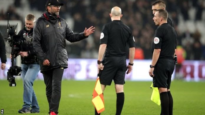 Liverpool manager Jurgen Klopp speaking to referee Kevin Friend after the game