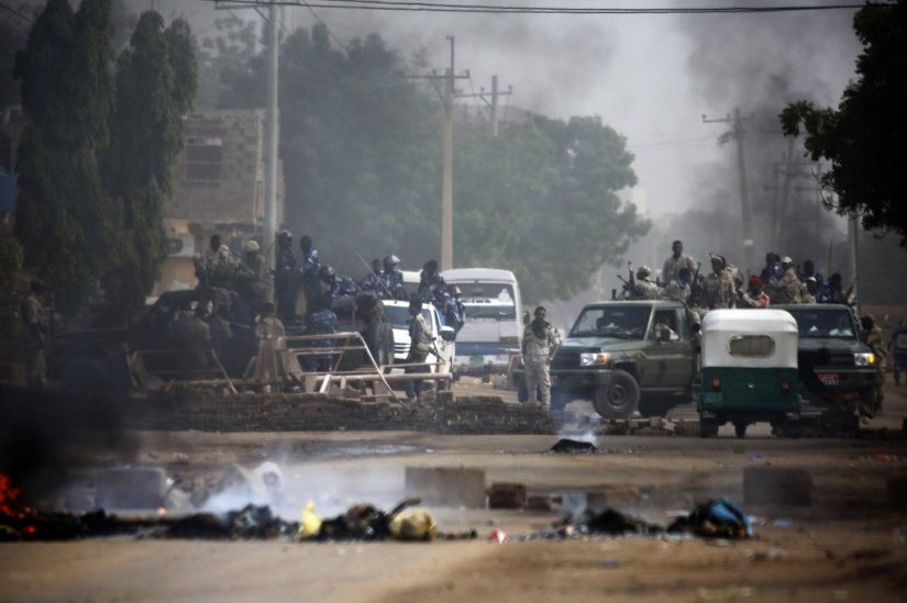 Sudanese forces are deployed around Khartoum's army headquarters on June 3, 2019 as they try to disperse Khartoum's sit-in. -